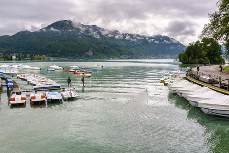 France, Annecy - May 01, 2018: Annecy Lake during the winter (France - Haute Savoie) Archivio Fotografico - 105180204