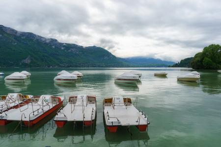 France, Annecy - May 01, 2018: Annecy Lake during the winter (France - Haute Savoie) Archivio Fotografico - 105180205
