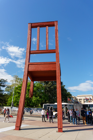 Geneva, Switzerland - April 04,2018: The Place of Nations,  gigantic 'Broken Chair', symbol of the fight against landmines at May 10, 2013 in Geneva, Switzerland. Around are the headquarters of about 250 international organizations. Artist Daniel Berset. Archivio Fotografico - 105180281