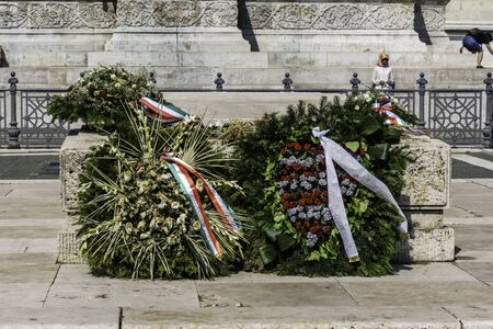 Budapest, Hungary - July 04, 2019: Heroes Square with Millenium Memorial. Particular crown of flowers for the fallen in the square of the heroes. 新聞圖片