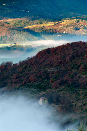 Landscape of valley in Umbria in autumn with sunrise and fog. Foto de archivo