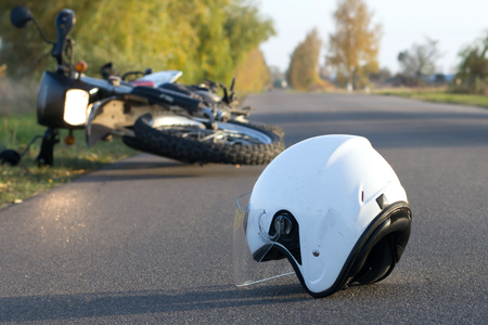 Fotografia hełm i motocykl na drodze pojęcie wypadki drogowe