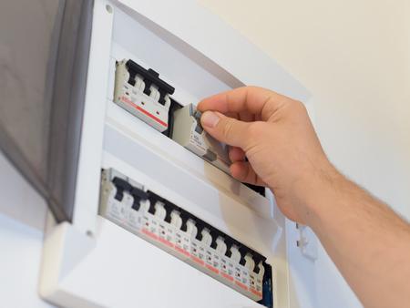 panel de andamios de electricidad y levantando el fusible con la mano