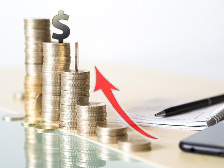 Konzeptfoto, das Wertsteigerung des Dollars zeigt. Turm aus Münzen