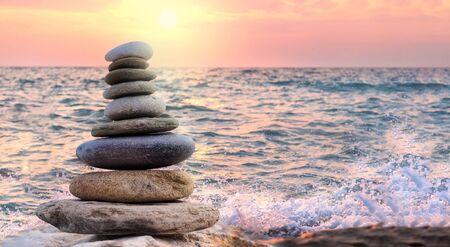Turm und unscharfer Hintergrund aus Steinen am Meer