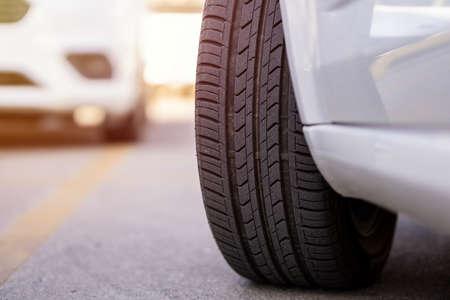 close-up car tire tread depth Banque d'images