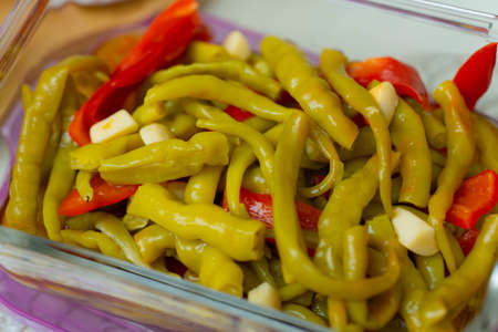 green peppers and red chili pickles 免版税图像