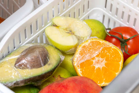 Storage of fruits and vegetables with stretch film in the refrigerator