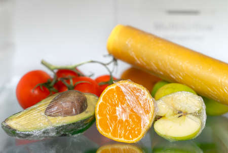 to keep vegetables and fruits fresh with stretch film in the refrigerator