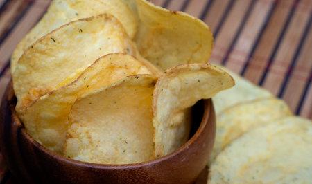Potato chips in bamboo wooden bowl 免版税图像