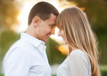 embracing couple: Pareja joven en el amor al aire libre