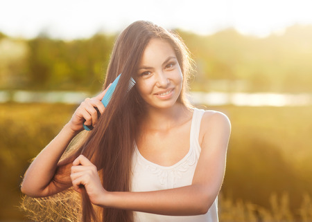 hermosa muchacha peina su apariencia asiática de pelo