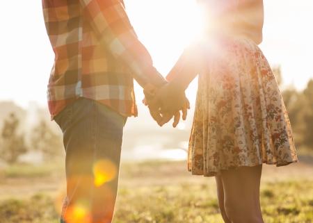 romance: Casal jovem no amor que anda no parque do outono de m