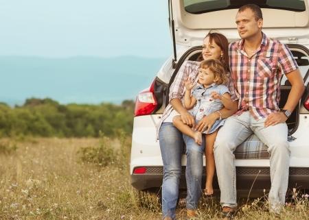 famille à la montagne en voiture