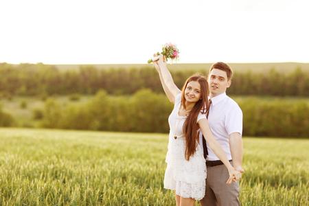 recien casados: Apenas pares casados ??abrazos y sonrisas Foto de archivo