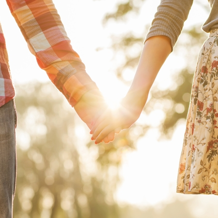 verliefd stel: Jong paar in liefde wandelen in het najaar park hand in hand op zoek in de zonsondergang