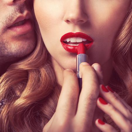 femmes nues sexy: Beau portrait de jeunes l�vres de l'homme rouge � l�vres rouge