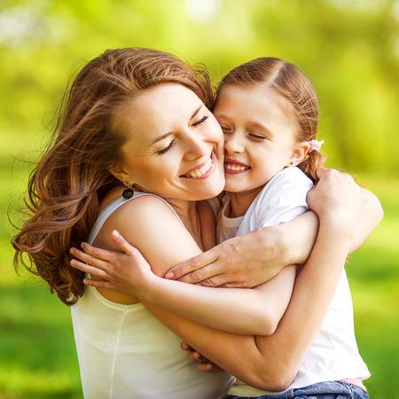 母と娘は公園で遊ぶが大好きで抱いて