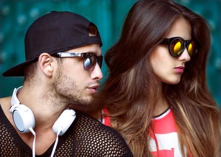 fashionable couple: Pares atractivos y de moda en gafas de sol. Vogue