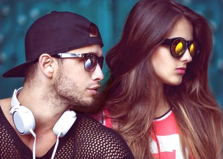 fashionable couple: Pares atractivos y de moda en gafas de sol. Moda
