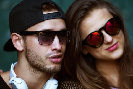 fashionable couple: Pareja sexy y de moda en gafas de sol. Boga Foto de archivo
