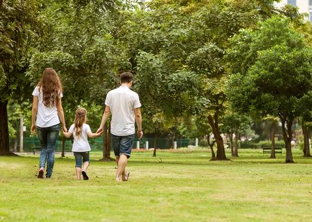 parejas caminando: Caminata de la familia en el parque, feliz al atardecer en Bangkok, Tailandia.
