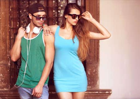 modelos hombres: Close up retrato de feliz sonriente pareja inconformista en el amor. El uso de ropa retro y gafas de sol. Moda. Vogue. Foto de archivo