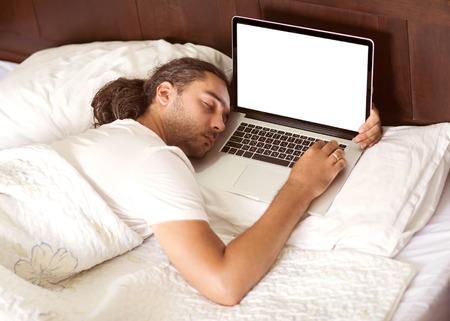 La lettre 36914545-homme-pigiste-est-un-sommeil-dans-son-lit-avec-un-ordinateur-portable-le-travail-est-le-benefice-des