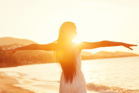mosca: Hermosa chica caminando en la playa al atardecer, el concepto libertad