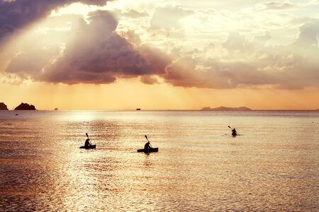 ocean kayak: tres flotador kayak al atardecer Foto de archivo