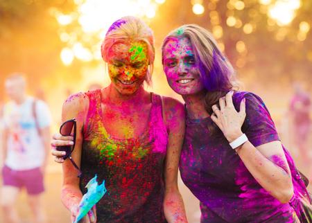 les filles célèbrent festival holi