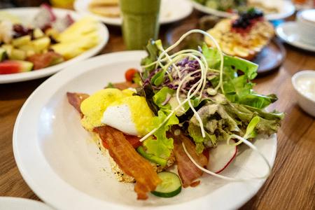 Teller mit Geschirr. auf Stahl stehen, Salate, Desserts und Früchte Standard-Bild
