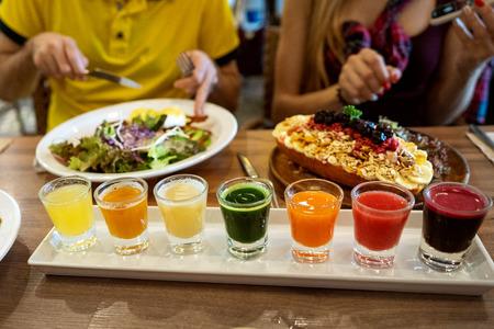 pareja enamorada está cenando en un restaurante con hermosos platos y un juego de jugos frescos