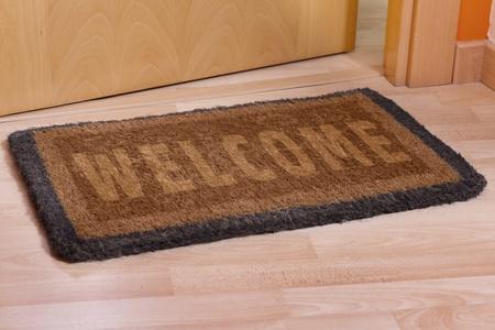 bienvenida: Bienvenido a casa en la estera marr�n