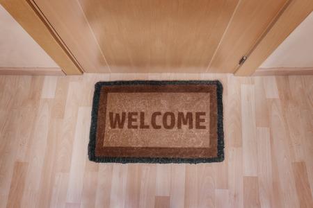 갈색 매트에 집에 오신 것을 환영합니다