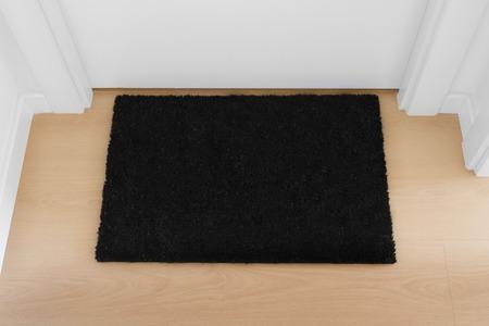 Bienvenido a casa felpudo negro con cierre la puerta