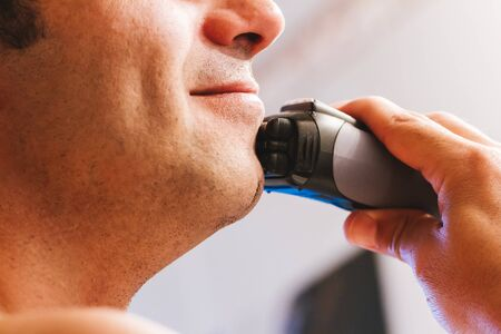 hombre afeitandose: Closeup of man shaving