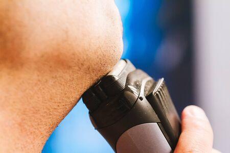 hombre afeitandose: Primer del hombre de afeitar