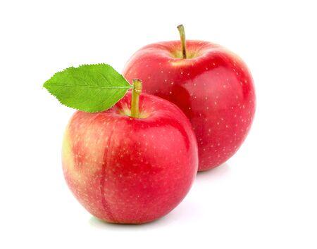 Reife Apfelfrüchte mit dem Blatt lokalisiert auf weißem Hintergrund. Natürliche Frucht.