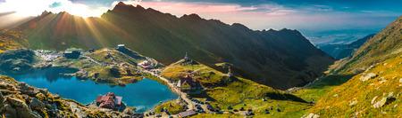 山の上の神光線。Transfagarasan Balea 氷河湖、パノラマ - 湖、2.034 m. 中央ルーマニア、シビウ県山中の標高に位置して氷河湖があります。