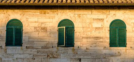 바뇨 VIGNONI, 이탈리아 -2011 년 7 월 23 일 - Deatil Bagno Vignoni Val dOrcia에있는 작은 마에서 고 대 건물입니다.