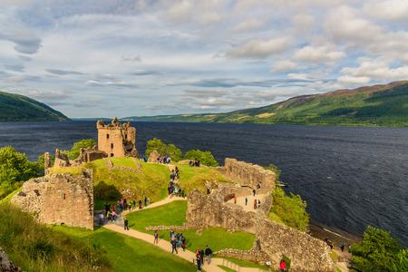 インヴァネス, スコットランド-8 月 10, 2017-スコットランドの Urquhart 城の眺め城の遺跡を探索する訪問者の列を持ちます。