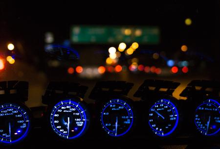 Instrumentenpaneel auto's nachts. Stockfoto