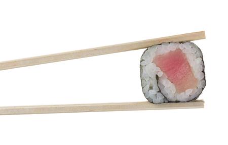 Rollo de sushi en palillos aisladas sobre fondo blanco