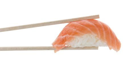 Nigiri sushi en copsticks aislado en el fondo blanco