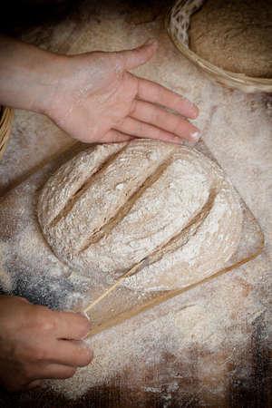haciendo pan: Fabricaci�n del pan en el fondo mesa de madera Foto de archivo