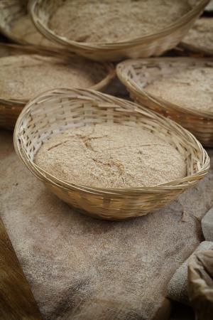 haciendo pan: Fabricación del pan en el fondo mesa de madera Foto de archivo