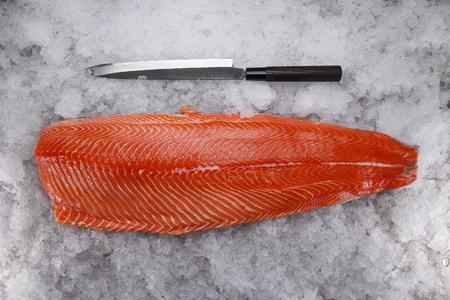 Filete de salmón en el hielo