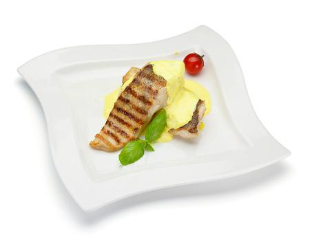 plato de pescado: filete de pescado con salsa de cheesse aislado en el fondo blanco Foto de archivo