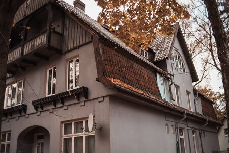 house with a tiled roof in autumn Stockfoto